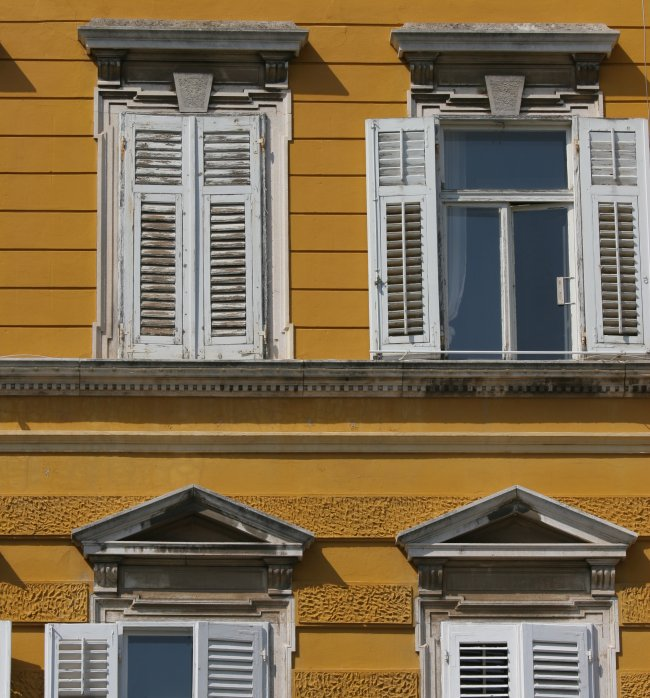 windows_in_yellow.jpg